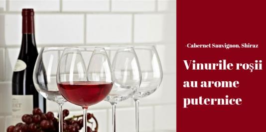 Vinurile roşii au arome puternice şi au nevoie de aer  pentru ca acestea să fie potenţate şi să se împrăştie pentru a le savura şi mirosul.